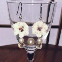 つまみ細工*白いお花のピアス(パール系)