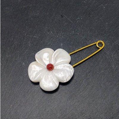 なおっちマルシェ 花のストールピン(イケチョウ貝)