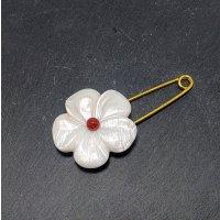 花のストールピン(イケチョウ貝)