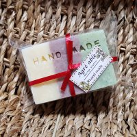 クリスマスカラー 石鹸コールドプレス製法により手作りした石鹸